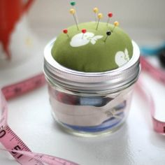 DIY: Mason Jar Sewing Kit I remember making these pin cushions in girl scouts. Makes sense to put them on a jar filled with a small sewing kit! Mason Jar Crafts, Mason Jar Diy, Sewing Crafts, Diy Crafts, Sewing Kits, Do It Yourself Wedding, Creation Couture, Jar Gifts, Crafty Craft