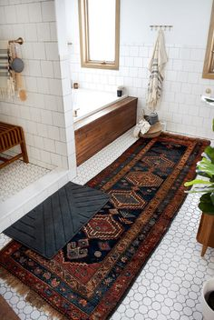 How do I maintain a vintage carpet in the bathroom? brepurposed - thanks to this . - How do I maintain a vintage carpet in the bathroom? brepurposed – Keeping a vintage carpet in the bathroom clean is easy with these tips! Home Design, Design Ideas, Diy Design, Tapetes Vintage, Easy Home Decor, Bathroom Inspiration, Bathroom Ideas, Bathroom Colors, Bathroom Inspo