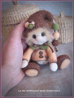Phil, un petit lutin en laine feutrée couleur marron