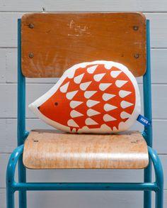 Hand Schirm gedruckte Igel Kissen in Burnt Orange von robinandmould