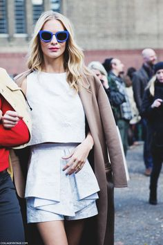 Poppy Delevingne fashion & street style- I adore Poppy's blue sunnies Style Désinvolte Chic, Street Style Chic, Autumn Street Style, Mode Style, Style Me, London Fashion Weeks, Poppy Delevingne, Casual Chic, London Stil