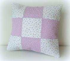 Almofada decorativa, em tecido 100% algodão, patchwork, quiltada c/ enchimento.  * VALOR REFERENTE A UNIDADE.  Consulte tecidos e combinações disponíveis    Medidas:  30x30 cm (aprox.)