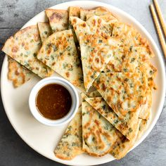 Don't let your sourdough starter go to waste, use your discard to make this easy one bowl recipe for crispy, light and fluffy, savoury chive pancakes. Sourdough Pancakes, Savory Pancakes, Sourdough Recipes, Savoury Dishes, Sourdough Bread, Chive Pancake Recipe, Chinese Street Food, Pumpkin Cinnamon Rolls, Christmas Breakfast
