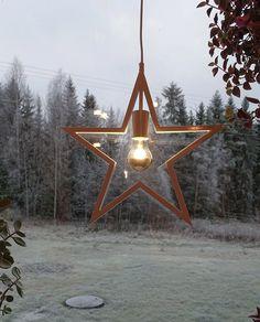Om julen din er hvit og du er på jakt etter en adventsstjerne er Helle fra norske Ea Belysning verdt å ta en liten titt på. Stjernen er laget av metall og er solid og vakker med en enkel og minimalistisk design. Her er den kombinert med en toppforspeilet pære som gjør at den blender litt mindre i tillegg til å bli litt ekstra fin. Tower, Ceiling Lights, Lighting, Pendant, Building, Design, Home Decor, Rook, Decoration Home