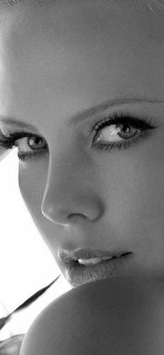 Photo Star, Charlize Theron Oscars, Foto Art, Stunning Eyes, Jolie Photo, Black And White Pictures, Gorgeous Women, How Beautiful, Beautiful Actresses