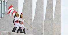 Soldados do Batalhão Presidencial trocam de guarda no Palácio do Planalto, em Brasília, nesta quarta-feira (20)