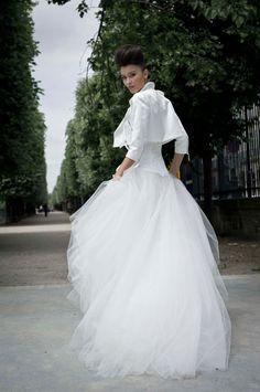 Een stoer kort jasje op een romantische, volle trouwjurk van Cymbeline.