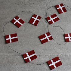 🇩🇰 FLAGRANKE 🇩🇰 Så kom der lidt nyt på shoppen 🎉🎈 Blandt andet en flagranke med flag i rødt kernelæder, perfekt til årets juletræ🎄❤️ En flagranke måler ca. 165 cm og så er der 10 flag på den 😊 Og den kan selvfølgelig også bruges til fødselsdage og andre festlige lejligheder 🎈🇩🇰