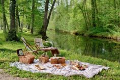 Picnic Ideas Discover the humble joys of a picnic - MY FRENCH COUNTRY HOME May and June are the ideal months to picnic in France. The weather is warm without being hot the month of May is full of bank holidays and. Beach Picnic, Summer Picnic, One Tree, Family Picnic Foods, Country Home Magazine, Ohio, Country Picnic, My French Country Home, French Cottage