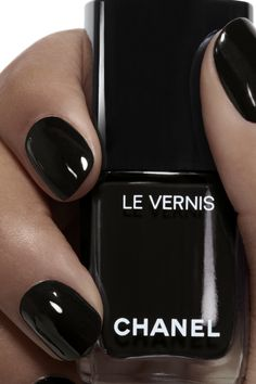 Semi-permanent varnish, false nails, patches: which manicure to choose? - My Nails Chanel Nail Polish, Chanel Nails, Best Nail Polish, Chanel Chanel, Chanel Makeup, Pink Nail Colors, Nail Polish Colors, Nail Colour, Winter Nails