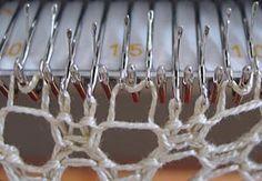 zwei Nadeln mit einer gemeinsamen Masche