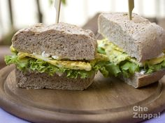 Panino integrale con la frittata  http://www.chezuppa.it/recipes/view/panino-con-la-frittata  #panino #sandwich #pane #paneintegrale #food #bocadillo #frittata #uova #insalata #philadelphia #pecorino