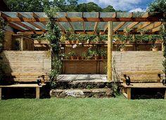 Feito com madeira de demolição, o armário guarda as ferramentas de jardinagem. De encher os olhos, o orquidário reserva diversas espécies de orquídeas. Percorrendo a pérgola, está o jasmim-estrela (Foto: Casa e Jardim)