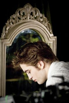 behind the scenes pics of Rob..... - TwiFans-Twilight Saga books and Movie Fansite