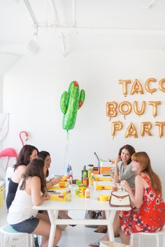 Piñata Workshop in Los Angeles for National Taco Day 25th Birthday Parties, Birthday Ideas, Mexican Pinata, Fiesta Party Decorations, Fiestas Party, Entertainment Table, Diy Party, Party Ideas, Party Activities