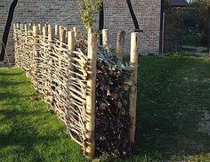 Garden waste as fence, this could be a great zero waste way to deal with landscape trimmings in the city.