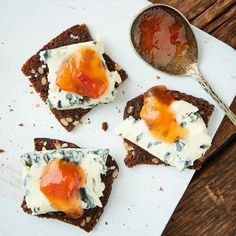 Saint Agur snacks on toasted ryebread with a slash of plum jam. So simple and so delicious. Plum Jam, Rye Bread, Marmalade, Blue Cheese, Bon Appetit, Panna Cotta, Biscuits, Snacks, Ethnic Recipes