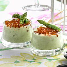 Descubre como preparar paso a paso la receta de Crema de espárragos con huevas de trucha. Te contamos los trucos para que triunfes en la cocina con Entrantes para chuparse los dedos