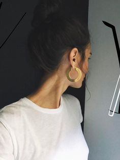 Photo credits: https://www.recreoviral.com/curiosidades/maxi-aretes-la-tendencia-que-debes-poner-a-prueba-este-2018/ jewelry, earrings, minimal, hoop earrings, must have, 2018 fashion