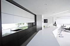 Cucina bianca e nera dal design moderno 01