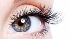 """İzmir Üniversitesi Hastanesi Göz Hastalıkları Uzmanı Op. Dr. Mucize Yararcan, merkezi görmeden sorumlu bir retina hastalığı olan sarı noktanın (makula dejenerasyonu) yaşamı olumsuz etkilediğini belirterek """"Sarı nokta, görmeyi sağlayan hücrelerin bulunduğu retinanın okuma gibi ayrıntılı görmeyi sağlayan bölgesidir. Genellikle 60 yaş üstü kişilerde yıpranma ve bozulma olması sonucu görme azalmasına ve körlüğe neden olur. Gözün arka kısmında bulunan ve merkezi görmeyi sağlayan bölge olan sarı…"""