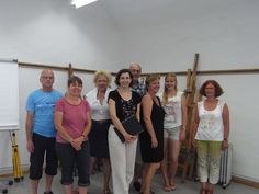 """Am Wochenende fand das Seminar """"Sehen, wie die Künstler sehen"""" mit unserer Dozentin Frau Ulrike Kirchner statt. Die TeilnehmerInnen erlernten im Seminar die wichtigste Voraussetzung zum Zeichnen, nämlich zu """"sehen, wie die Künstler sehen"""". Frau Kirchner erklärte Ihren TeilnehmerInnen wie man es vermeidet das eine Zeichnung steif, ungelenk oder langweilig aussieht und zeigte wie man Zeichnungen flotter und ein bisschen frecher aussehen lässt. Ballet Skirt, Skirts, Fashion, Drawing S, Woman, Moda, Tutu, Fashion Styles, Skirt"""