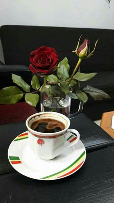 Lindo y delicioso KF ☕❤☕ Coffee Latte Art, Coffee Cafe, Hot Coffee, Coffee Shop, Good Morning Coffee, Coffee Break, Godiva Chocolatier, Good Morning Flowers, Coffee Photography