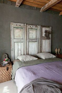 Not expensive and deco like everything, this headboard made from reclaimed shutters gives an absolute charm to this master bedroom spirit campaign chic! Dream Bedroom, Home Bedroom, Bedroom Decor, Master Bedroom, Bedroom Ideas, Shabby Chic Bedrooms, Trendy Bedroom, Purple Headboard, Purple Bedspread