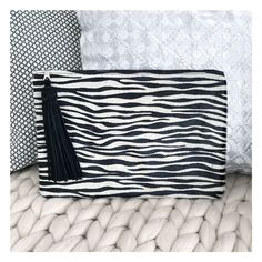 """Pochette """"Style"""", zebrée. Collection Peaux.  INSTA & FB @geraldinestylehsop Luxury Shop, Collection, Bags, Shopping, Style, Fashion, Off White Color, Black Leather, Cow Hide"""