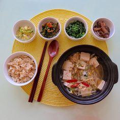 Beansprout soup and Banchan. 어제 부지런을 떤 덕분에 오래간만에 한식아침. 콩나물국, 호박복음, 마늘종 조림, 물냉이 무침, 가지볶음에 현미밥까지. 내가 좋아하는 한식