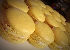Pina Colada Macarons - Pineapple White Chocolate Ganache French Macarons Recipe, French Macaroons, Macaron Recipe, Sweets Recipes, Cookie Recipes, Desserts, Chocolate Ganache, White Chocolate, Pina Colada