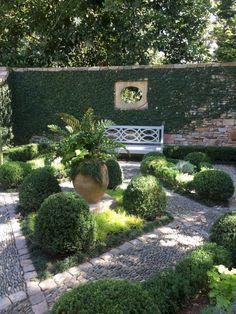 Small courtyard garden with seating area design and layout 97 Kleiner Garten im Innenhof mit Sitzber Small Courtyard Gardens, Small Courtyards, Small Gardens, Courtyard Ideas, Courtyard Design, Formal Gardens, French Courtyard, Zen Gardens, Outdoor Gardens