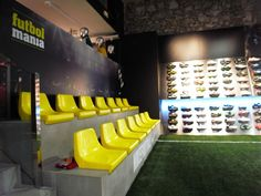 Zona Botas. Tienda de fútbol. Futbolmania Barcelona. Sports Office, Sports Pub, Football Shop, Football Design, Indoor Soccer Field, Sport Bar Design, Clothing Store Design, Soccer Store, Bathroom Design Luxury
