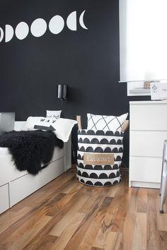 Schwarze Wand und selbstgenähter Wäschesack | SoLebIch.de - Foto von Mitglied CreativLIVE #solebich #interior #einrichtung #inneneinrichtung #deko #decor #schlafzimmer #bedroom #bed #bett #laundrybasket #wäschekorb #kommode #chestofdrawers