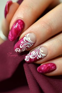 Nail art marbled raspberry coulis