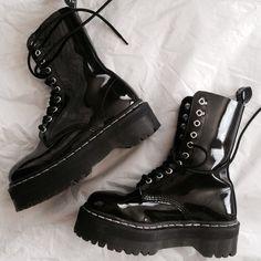 botas plataforma negras                                                                                                                                                     Más