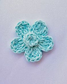 Crochet Flowers Easy Flower Girl Cottage: Free Crochet Flower Pattern - used on girl headbands with button in the middle. Bow Dazzling Volunteers, secure to a soft, stretchy headband or add a single prong curl clip with a felt circle for versatility. Love Crochet, Crochet Motif, Diy Crochet, Crochet Crafts, Crochet Stitches, Crochet Projects, Crochet Appliques, Simple Crochet, Easy Crochet Headbands