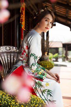 Ngọc Trinh diện áo dài chúc Tết độc giả