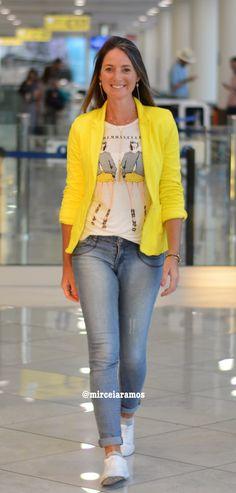 Look de viagem - travel style - look pra viajar - look comfy - airport style - look aeroporto - tênis branco - jeans - blazer amarelo - yellow