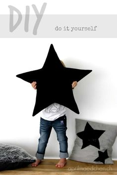 Diy:: hol dir die sterne vom himmel (Um, that would be star pillows. Sewing Pillows, Diy Pillows, Sewing Patterns Free, Free Sewing, Free Pattern, Pattern Ideas, Star Cushion, Diy Couture, Creation Couture