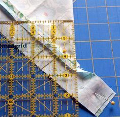Mitred corner border technique This is so easy to do and gives your quilt and borders that wonderful finished effect.Mitred corner border technique This is so easy to do and gives your quilt and borders that wonderful finished effect. Quilting Tools, Quilting Tutorials, Machine Quilting, Quilting Projects, Quilting Designs, Sewing Tutorials, Sewing Projects, Quilting Ideas, Sewing Mitered Corners
