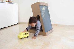 Disseny de Pepe Sanmartín K24- Mobiliari infantil de cartró. Mòdul polivalent: pupitre, pissarra i seient.