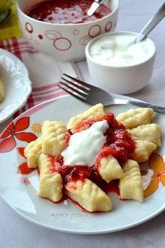 Leniwe pierogi z truskawkami i jogurtem