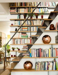 Bookshelf Inspiration, Interior Inspiration, Decoration Cage Escalier, Bookshelves, Bookcase, Small Apartment Decorating, Small Apartments, Stairs, Architecture