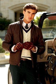 Sehr cooles, herbstliches Outfit. Besonderes pfiffig: Die Autofahrerhandschuhe, die gestreiften Hosen und die Kombination aus Pulli im Cricketstyle, Hemd mit Dackelohrkragen, Kragennadel und Schlips.