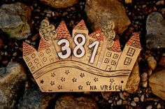 V The Beach, Driftwood & Clay Projects, Projects To Try, Ceramic House Numbers, House Plaques, Ceramic Houses, Home Signs, Elementary Art, Ceramic Pottery, Garden Art