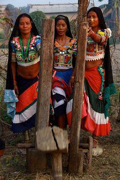 concassage du blé avec le dekki femmes Tharus Tharus women ethnie tribe Nepal (Philippe Guy), via Flickr.
