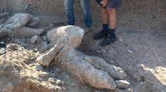 Quarant'anni dopo i primi ritrovamenti, due grandi statue di arenaria raffiguranti pugilatori sono state riportate alla luce nel sito di Mont'e Prama, in