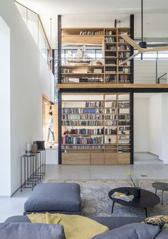 Tel Aviv architect Kedem Shinar drew on Israel's Bauhaus architecture and her training in Japan to create the clean lines of this bright white house in Carmey Yossef Architecture Bauhaus, Library Architecture, Interior Architecture, Interior And Exterior, Interior Design, Home Library Design, House Design, Calma Interior, Halls