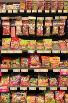 Concept 'verpakkingen' Foto: snoep wordt vooral in plastiek zakjes verpakt en ook meestal per soort. In sommige winkel heb je snoepbakken en kan je een zak vullen met wat je zelf lekker vindt.
